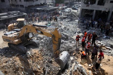 שאריות הבניין שנחרב בנסיון חיסול מוחמד דף, 20.8.14 (צילום: עמאד נאסר)