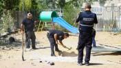אנשי ביטחון בגן ילדים שנפגע מרקטה פלשתינית שנורתה מרצועת עזה, אשדוד, 26.8.14 (צילום: פלאש 90)