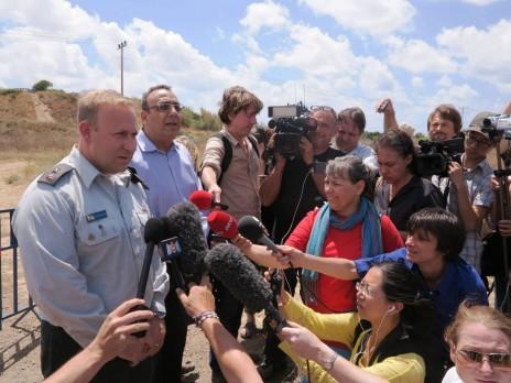 """עיתונאים זרים בסיור של לשכת העיתונות הממשלתית ליד סוללת כיפת-ברזל, במהלך מבצע """"צוק איתן"""" (צילום: לע""""מ)"""