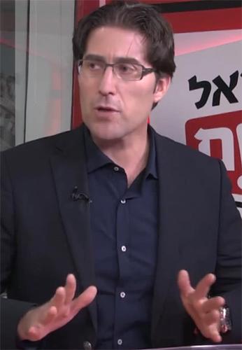 """כתב """"ישראל היום"""" רן רזניק (צילום מסך מתוך ערוץ היוטיוב של """"ישראל היום"""")"""