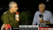 """רוני דניאל עם דובר צה""""ל, מוטי אלמוז, 11.7.14 (צילום מסך מחדשות ערוץ 2)"""
