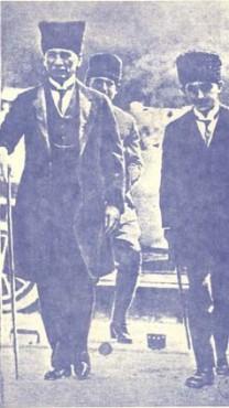 מוסטפא כמאל אטאטורק (משמאל) ואיסמט פשה בוועידת לוזאן, 1923 (נחלת הכלל)