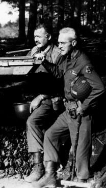 ארנסט המינגוויי והגנרל צ'רלס לנהם, גרמניה 1944 (נחלת הכלל)