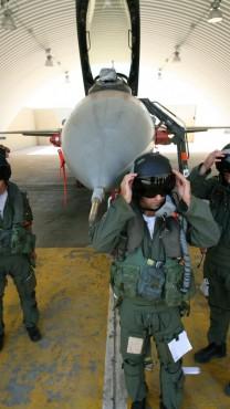 """טייסים של צה""""ל בבסיס בדרום, 2008 (צילום: משה שי)"""