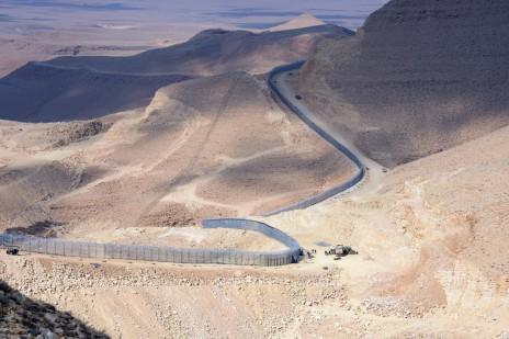 """גדר הגבול בין ישראל למצרים בעת הקמתה (צילום: משה מילנר, לע""""מ)"""