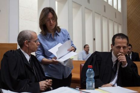 אילנה דיין ועורכי-דינה, גיורא ארדינסט (משמאל) ורן שפרינצק, בדיון בבית-המשפט העליון בערעור על פסק הדין בתביעת הדיבה של סרן ר', 17.5.13 (צילום: פלאש 90)