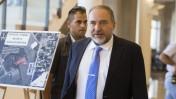שר החוץ אביגדור ליברמן בדרכו לישיבת קבינט, 24.6.14 (צילום: פלאש 90)