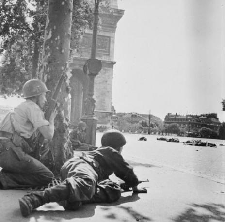 חיילים צרפתים בקרב לשחרור פריז, 1944 (נחלת הכלל)