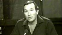 """ירון לונדון מגיש את """"עלי כותרת"""", 1979 (צילום מסך)"""
