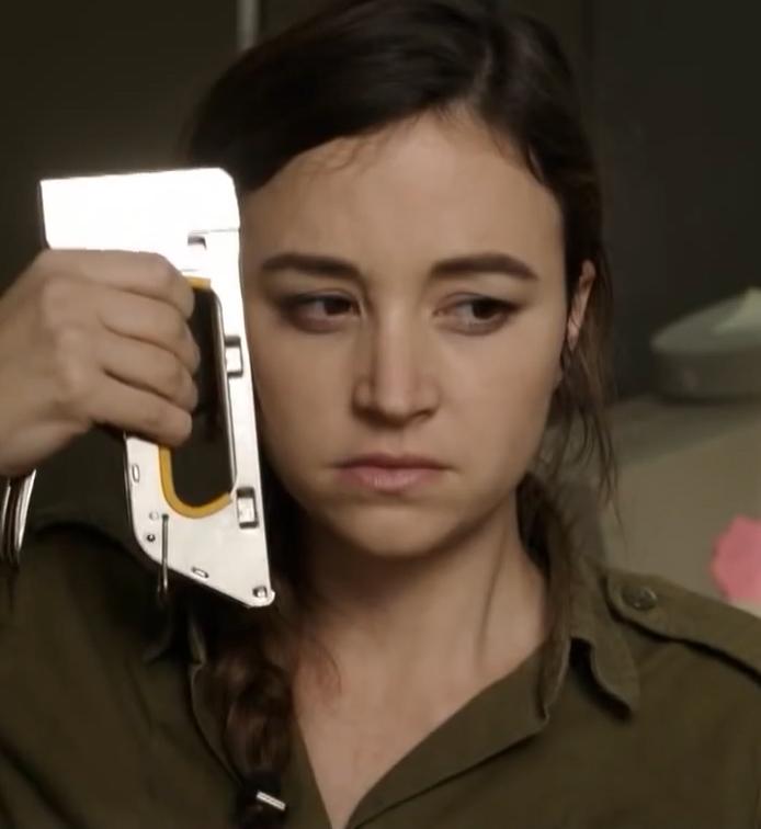 """השחקנית נלי תגר, מתוך הסרט """"אפס ביחסי אנוש"""" (צילום מסך)"""