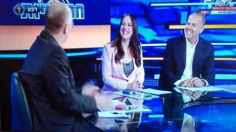 """מגזין """"חמישיות"""", ערוץ הספורט. מימין: אלי סהר. בגבו למצלמה: ארז אדלשטיין (צילום מסך)"""