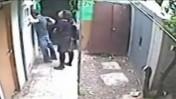 גרינברג ובלאו בחצר הבית, מתוך סרטון מצלמת האבטחה (צילום מסך)