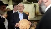 """ראש הממשלה בנימין נתניהו מבקר במפעל מצות בכפר חב""""ד, 1.4.14 (צילום: קובי גדעון, לע""""מ)"""
