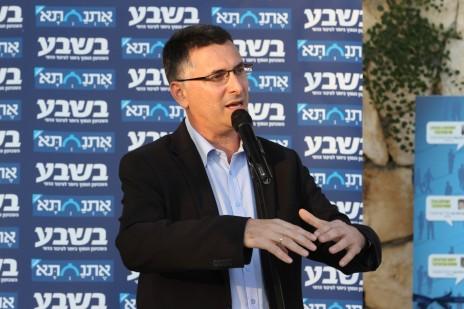 """גדעון סער נושא דברים בכנס של העיתון """"בשבע"""". ירושלים, 10.8.14 (צילום: פלאש 90)"""