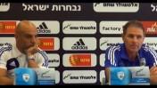 מאמן הנבחרת אלי גוטמן (מימין) ודובר ההתאחדות שלומי ברזל במסיבת עיתונאים