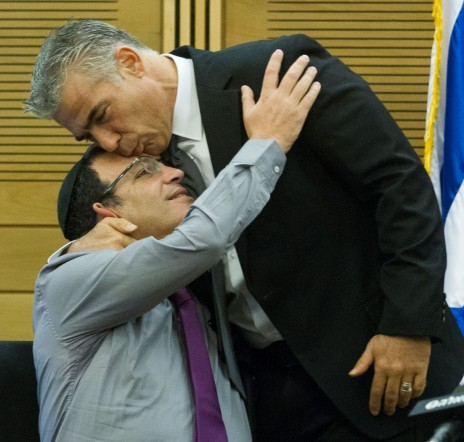שי פירון עם יאיר לפיד בישיבה של סיעת יש-עתיד. הכנסת, 5.10.14 (צילום: מרים אלסטר)