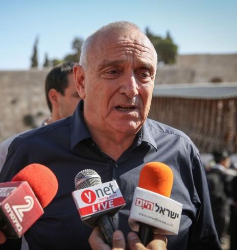 השר יצחק אהרונוביץ' מוסר הצהרה לתקשורת. רחבת הכותל המערבי, ירושלים, אתמול (צילום: הדס פרוש)