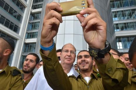 שר הביטחון משה יעלון עם חיילים. תל-אביב, 14.10.14 (צילום: אלון בסן, משרד הביטחון)