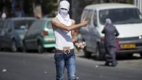 פלסטיני מיידה אבנים בירושלים, 17.10.14 (צילום: יונתן זינדל)