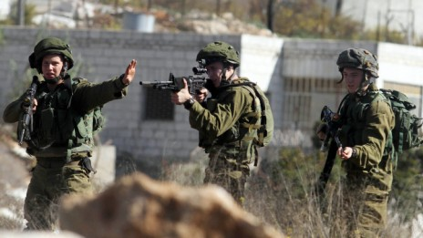 """חיילי צה""""ל מתעמתים עם פלסטינים ליד הכניסה לבית-אל, 24.10.14 (צילום: STR)"""