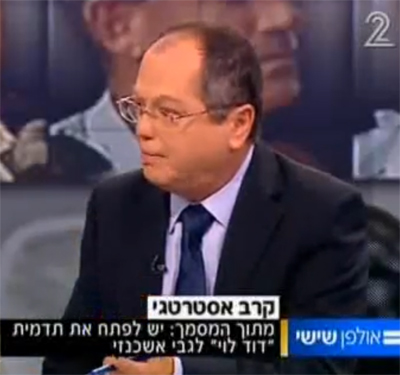 """אמנון אברמוביץ' מסביר את הקנוניה במערכת הביטחון ב""""אולפן שישי"""", בתוכנית שבה הוצג לראשונה המסמך המזויף (צילום מסך)"""