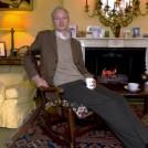 """ג'וליאן אסאנג' באחוזה הבריטית שבה הוחזק במעצר בית (צילום מסך מתוך הסרט """"We Steal Secrets: The Story of Wikileaks"""")"""