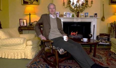 ג'וליאן אסאנג' באחוזה הבריטית שבה הוחזק במעצר בית (צילום מסך מתוך הסרט We Steal Secrets: The Story of Wikileaks)
