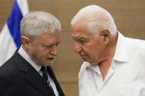 מבקר המדינה הנוכחי יוסף שפירא (משמאל) ומבקר המדינה הקודם מיכה לינדנשטראוס (צילום: פלאש 90)