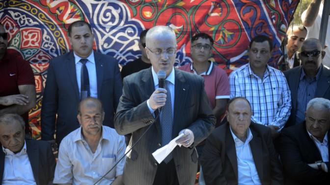 ראש הממשלה הפלסטיני ראמי חמדאללה בביקור אבלים אצל משפחתו של הנער מוחמד אבו חדיר, ירושלים, 6.7.14 (צילום: סאלימן חאדר)