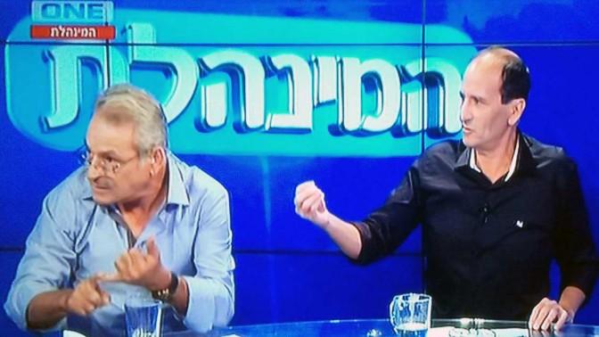עמיר פלג (מימין) יושב ליד יעקב בוזגלו, אביו של שחקן הפועל באר שבע, בתוכנית המינהלת ב-one (צילום מסך)