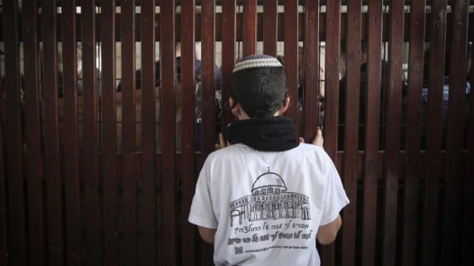 ילד יהודי ממתין בכניסה להר-הבית עם קבוצת פעילים למען נוכחות יהודית במקום, 5.11.14 (צילום: הדס פרוש)