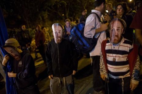 פעילי ימין לובשים מסכות בדמותו של יהודה גליק, פעיל למען עלייה להר-הבית שנורה על-ידי מתנקש ערבי, בעת הפגנה ליד מקום הירי בירושלים, 6.11.14 (צילום: יונתן זינדל)