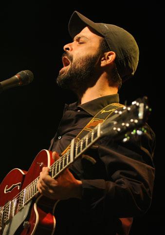 הזמר עמיר בניון בהופעה במערת המכפלה בחברון, יוני 2013 (צילום: מנדי הכטמן)