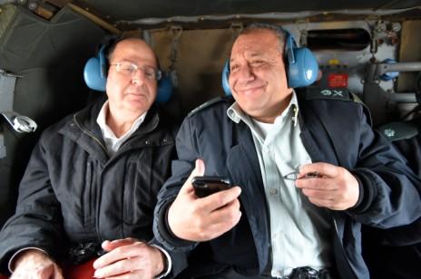 """הרמטכ""""ל המיועד גדי איזנקוט ושר הביטחון משה יעלון, 27.11.14 (צילום: אריאל חרמוני, משרד הביטחון)"""