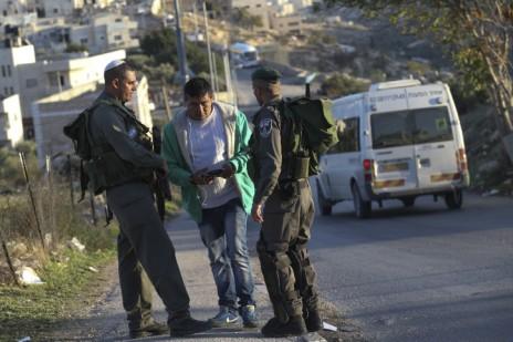 """שוטרי מג""""ב עוצרים הולך רגל מחוץ לשכונת ג'בל-מוכאבר בירושלים, 19.11.14 (צילום: נתי שוחט)"""