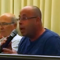 צחי טרנו, ראש אגף הדוברות בעיריית חיפה, בישיבת המועצה ב-2.12.14 (צילום מסך)
