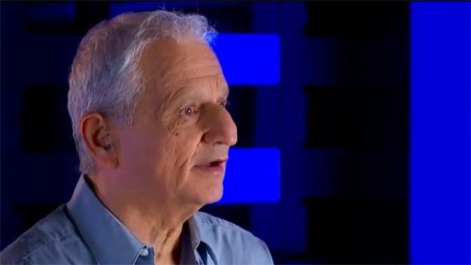 """נחום ברנע, עיתונאי """"ידיעות אחרונות"""" (צילום מסך מתוך סרטון תדמית של """"ידיעות אחרונות"""")"""