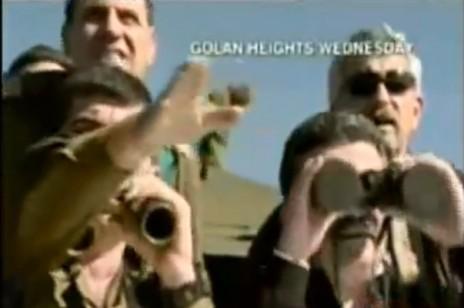 שר הביטחון עמיר פרץ אוחז משקפת שעיניותיה סגורות, צילום מסך מחדשות ערוץ 2