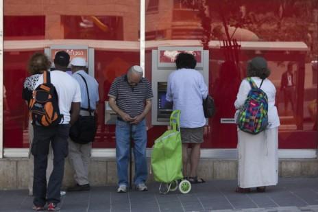 ישראלים ממתינים בתור לכספומט של בנק הפועלים (צילום: יונתן זינדל)
