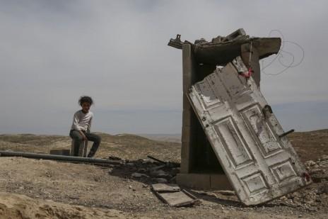 נוף עם ילדה ומבנה ארעי. דרום הר חברון, 2014 (צילום: הדס פרוש)