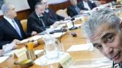 שר האוצר יאיר לפיד (מימין) וראש הממשלה בנימין נתניהו (משמאל) בישיבת הממשלה, 30.11.14 (צילום: אלכס קולומויסקי)