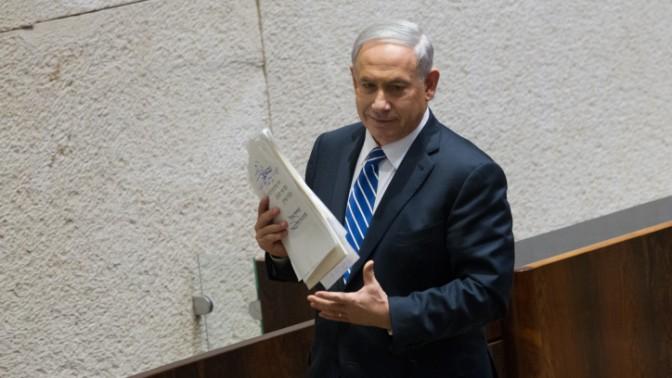 ראש הממשלה בנימין נתניהו בדרכו לשאת נאום (צילום: מרים אלסטר)