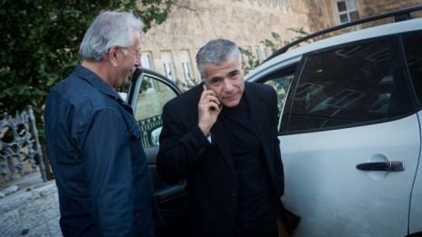 שר האוצר לשעבר יאיר לפיד בדרכו לפרידה מעובדי המשרד, 4.12.14 (צילום: מרים אלסטר)
