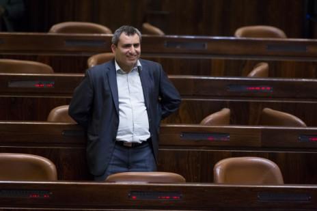 """ח""""כ זאב אלקין במליאת הכנסת במהלך ההצבעה על החוק לפיזור הכנסת, 8.12.14 (צילום: יונתן זינדל)"""