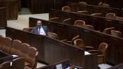 """יו""""ר ש""""ס אריה דרעי במליאת הכנסת במהלך ההצבעה על החוק לפיזור הכנסת, 8.12.14 (צילום: יונתן זינדל)"""
