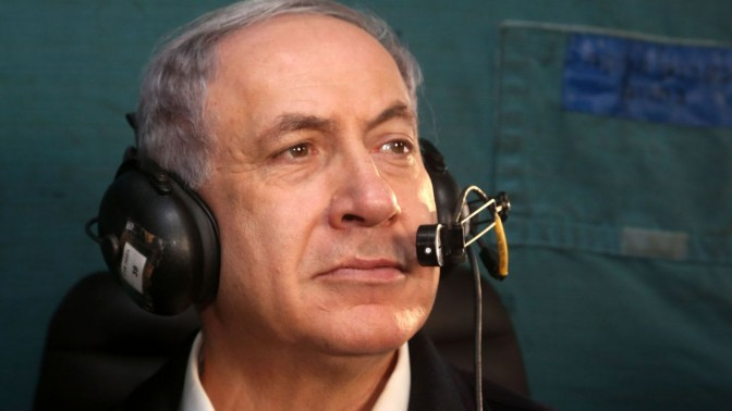 ראש ממשלת ישראל, בנימין נתניהו, בעת טיסה במסוק מעל אזור דליפת הנפט בערבה. 9.12.14 (צילום: מארק ישראל סלם)