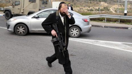 יהודי חרדי בזירת הפיגוע בגוש עציון, 12.12.14 (צילום: גרשון אלינסון)