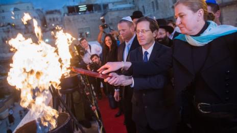ציפי לבני ויצחק הרצוג מדליקים נרות חנוכה, 21.12.14 (צילום: יונתן זינדל)