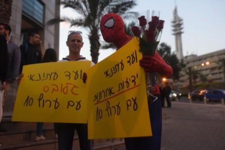 """הפגנה למען ערוץ 10, 30.12.14. תומכים מוועדי העיתונאים של """"גלובס"""" ו""""ידיעות אחרונות"""" (צילום: בן קלמר)"""