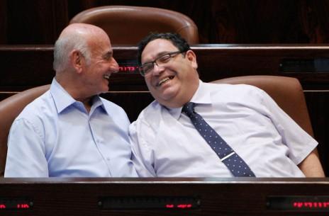 רוכשי תוכן ממשלתיים. שי פירון ויעקב פרי. הכנסת, 2013 (צילום: מרים אלסטר)